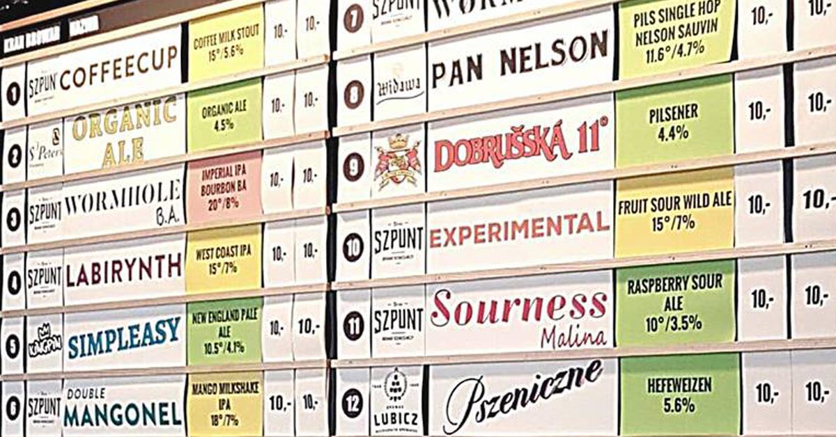 Tablica z piwami kraftowymi Kufle i Kapsle Powiśle. Lany poniedziałek.